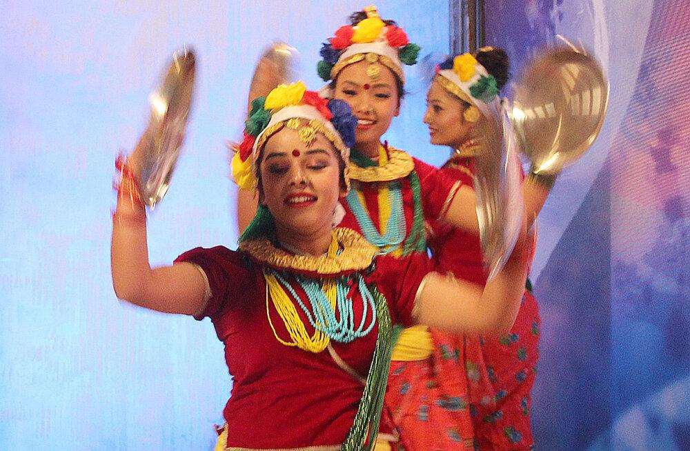 Tuuritav Nepali tantsutrupp võlub eestlastele kala- ja viljaõnne