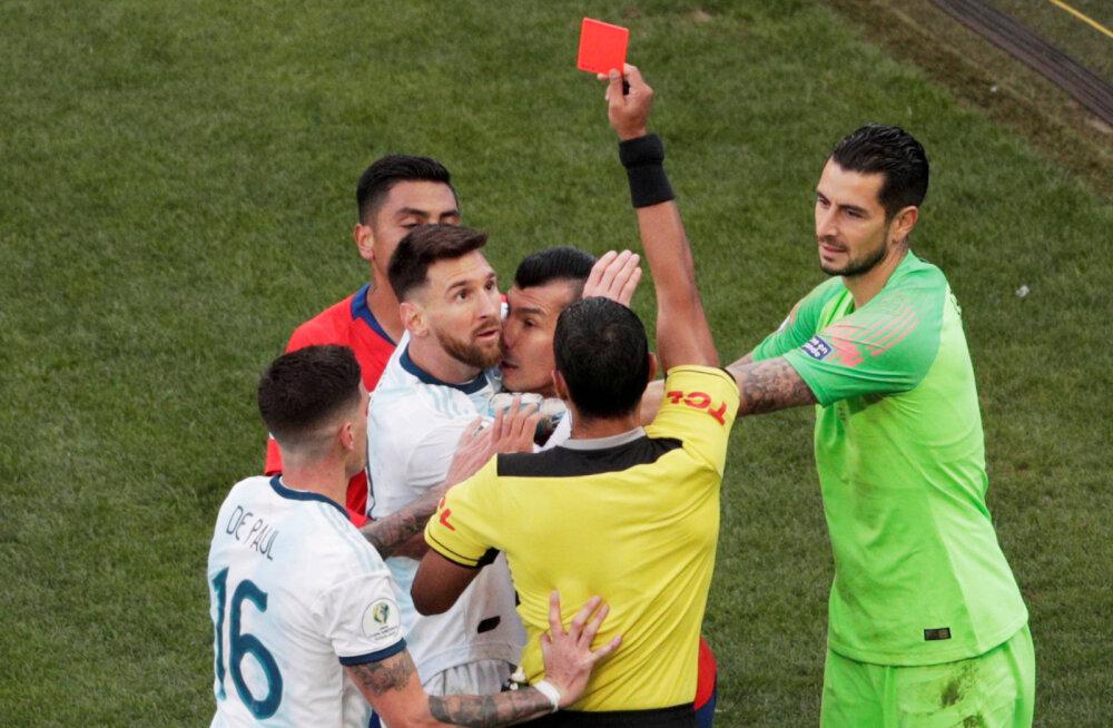 VIDEO | Kohtunike maffia? Lionel Messi sai paigal seismise eest punase kaardi