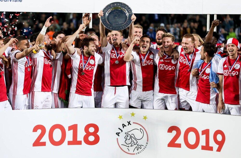 Ajaxi jalgpallurid Hollandi meistritiitli võitu tähistamas