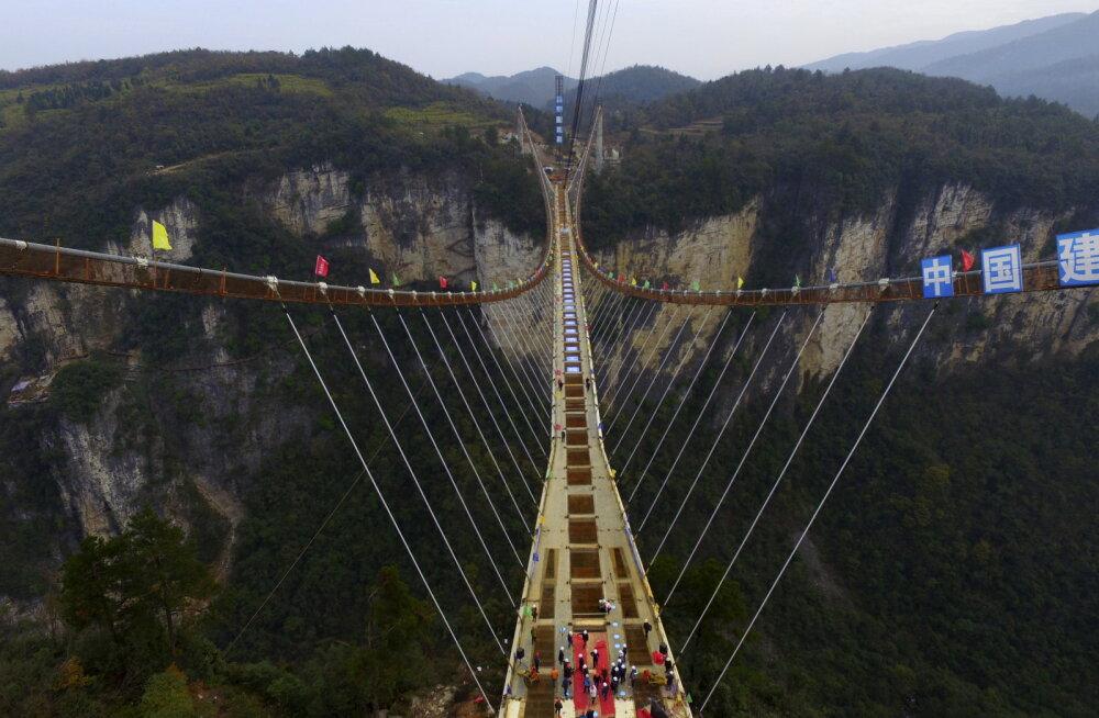 Judinakogemus: Hiinas ootab adrenaliinisõltlasi maailma kõrgeim klaaspõhjaga sild