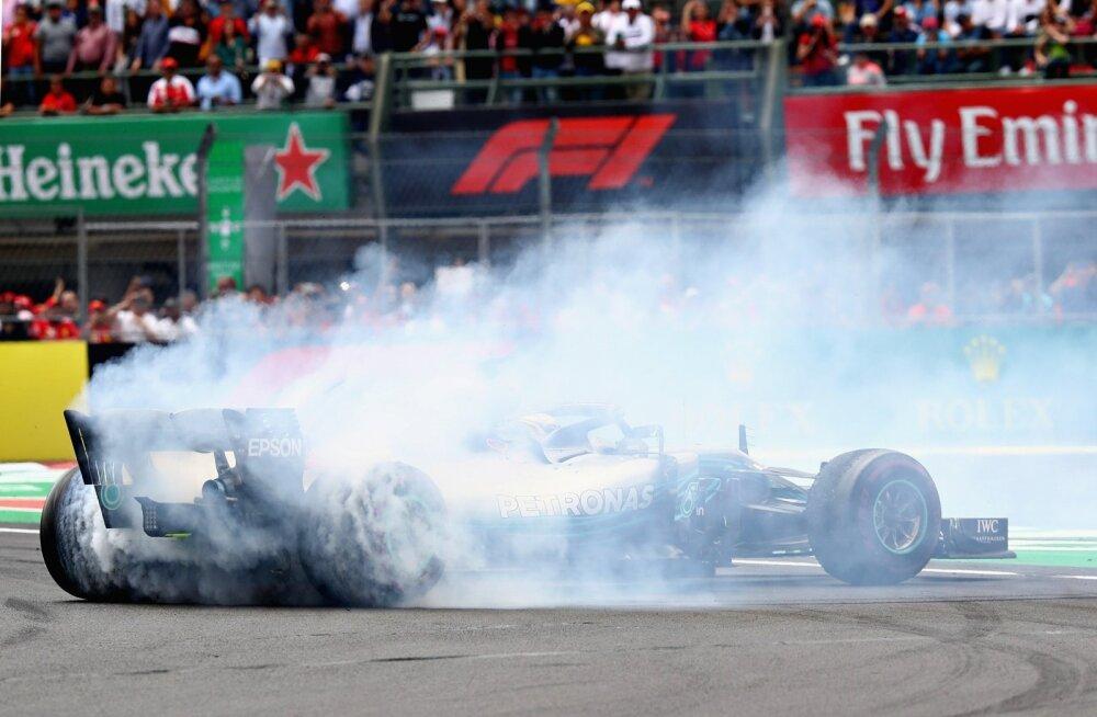 Maailmameister Lewis Hamilton tähistamas MM-tiitlit.