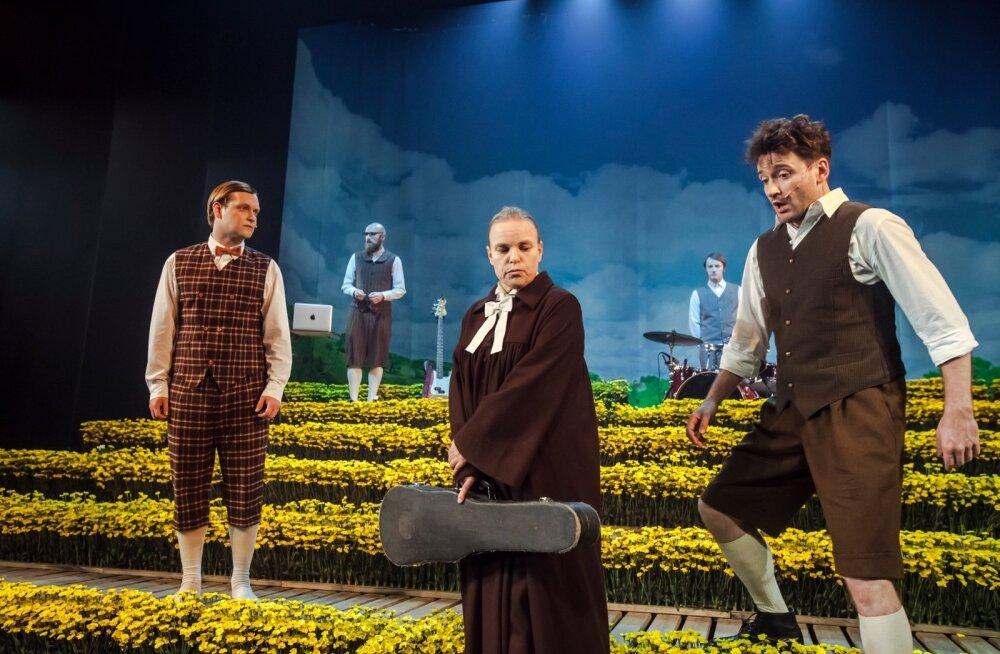 """Paunvere poistebänd (vasakult): Kiir (Imre Õunapuu) mängib akordioni, Pastor (Liisa Aibel) mängib """"viiulit"""", Toots (Margus Grosnõi) mängib basskitarri. Tagaplaanil Visak (Vootele Ruusmaa), kes mängib süntesaatorit, ja Arno (Madis Mäeorg), kes mängib löö"""