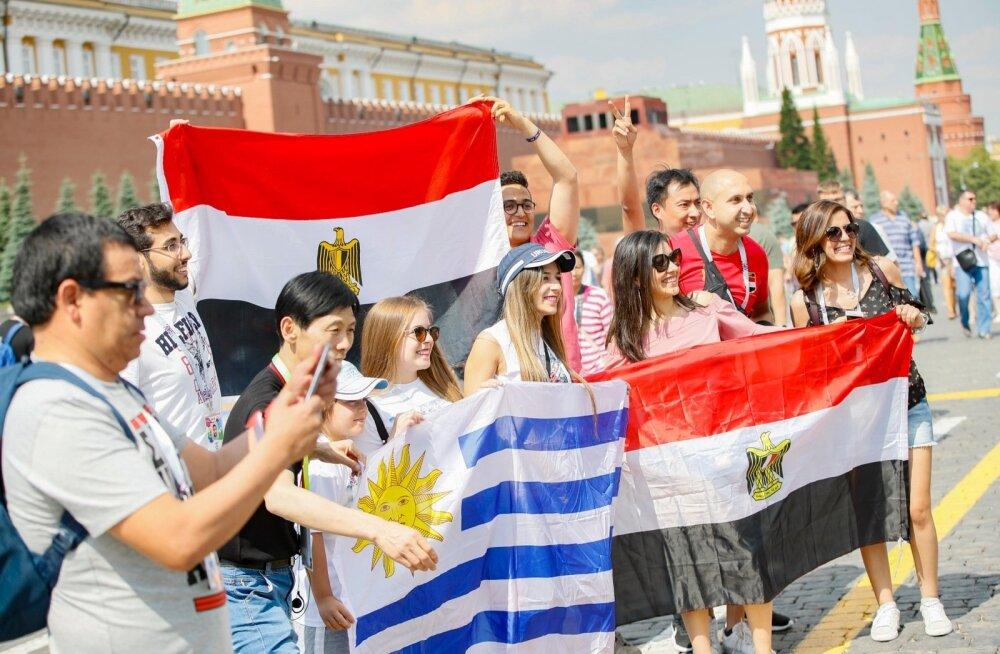 Veel paar päeva tagasi platsil kohtunud Egiptuse ja Uruguay koondiste fännid poseerisid Punasel väljakul hea meelega üheskoos.