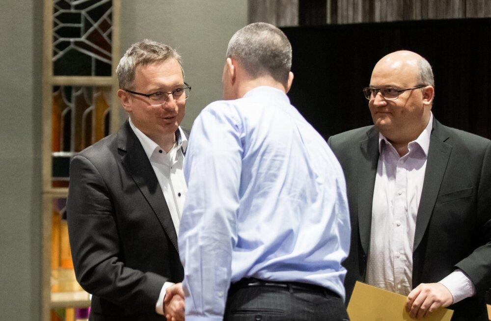 RMK juht Aigar Kallas (seljaga) soovib pärast Tootsi oksjoni lõppu kätt Eesti Energia juhatuse liikmetel Margus Valsil (vasakul) ja Andri Avilal (paremal).