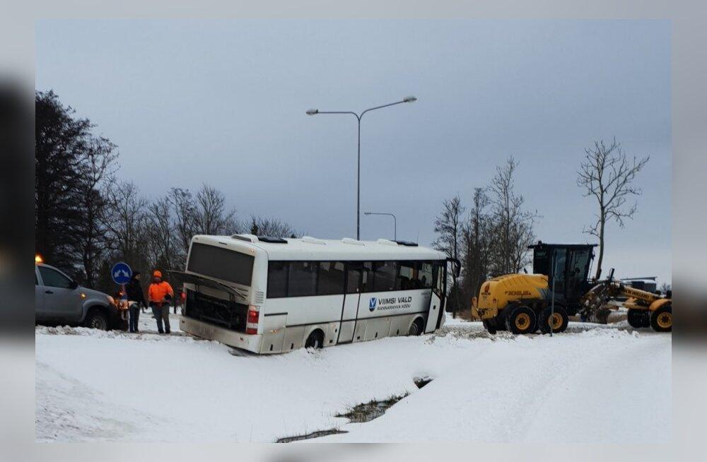 ФОТО: В Харьюмаа в кювет вылетели два автобуса