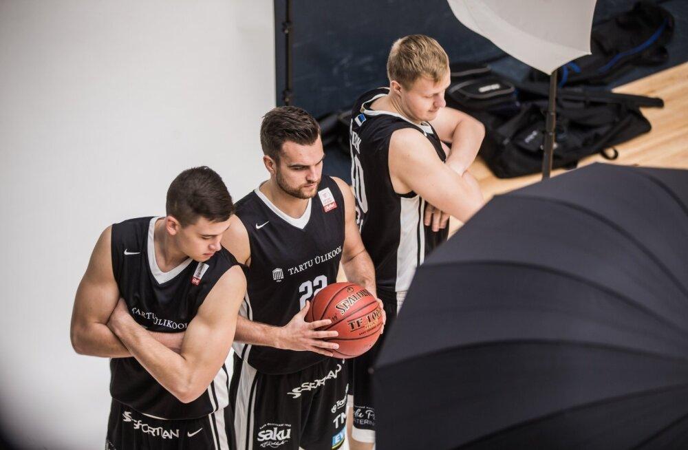 Tartu Ülikooli korvpalli meeskonna pildistamine
