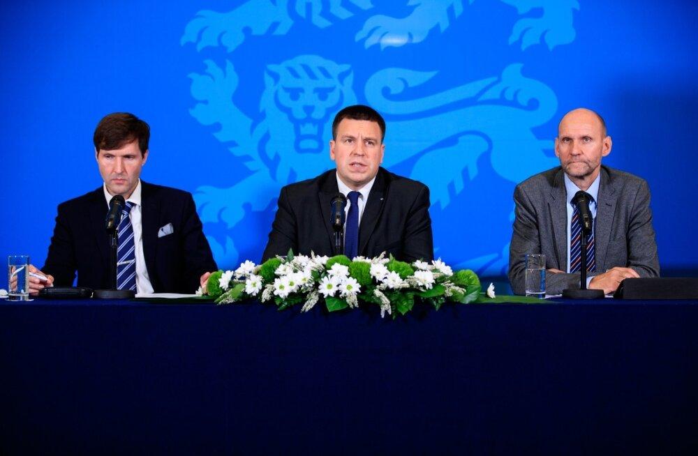 Martin Helme (vasakult), Jüri Ratas ja Helir-Valdor Seeder tutvustasid eile 2020. aasta riigieelarve eelnõud.