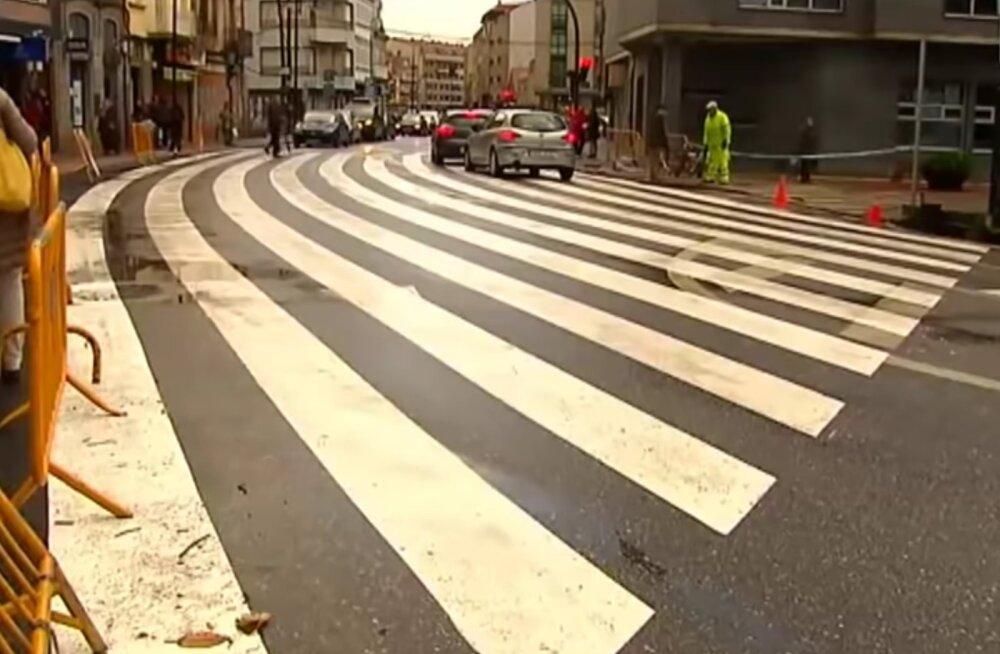 """VIDEO   Maailma suurim """"sebra"""": Hispaania väikelinna rajatud vöötrada on 40 meetrit lai"""