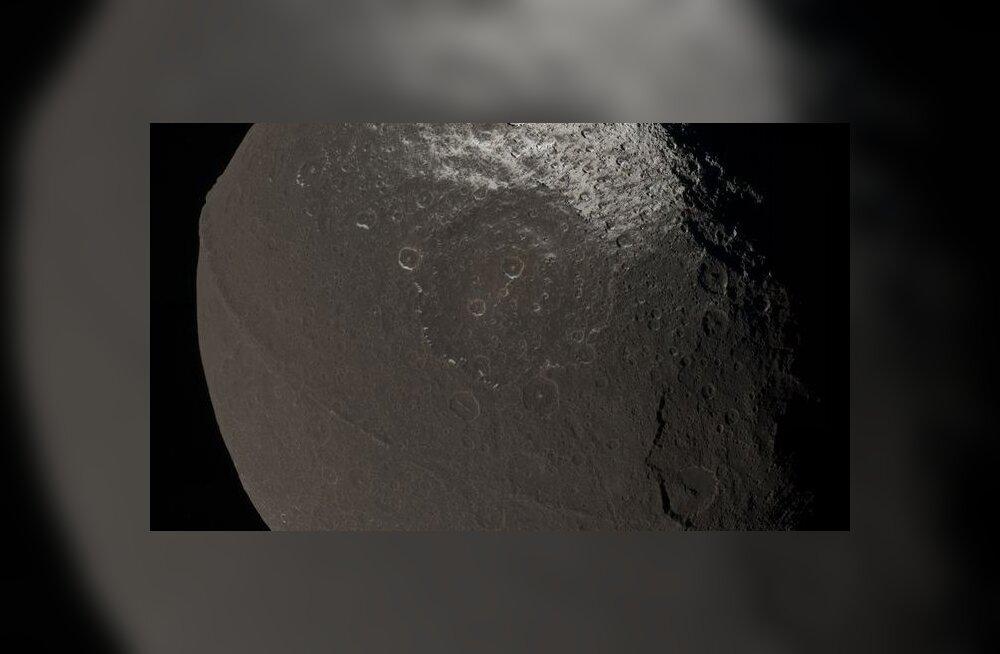 Miks meenutab Saturni kuu kreeka pähklit?