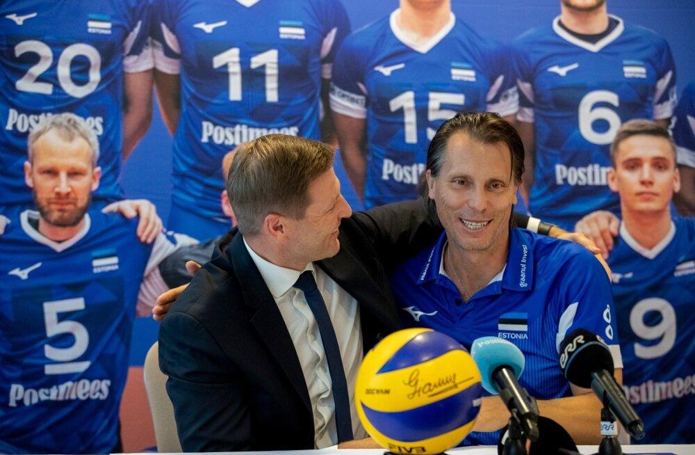 Eesti võrkpalliliidu president Hanno Pevkur tänamas Crețut tehtud suure töö eest.
