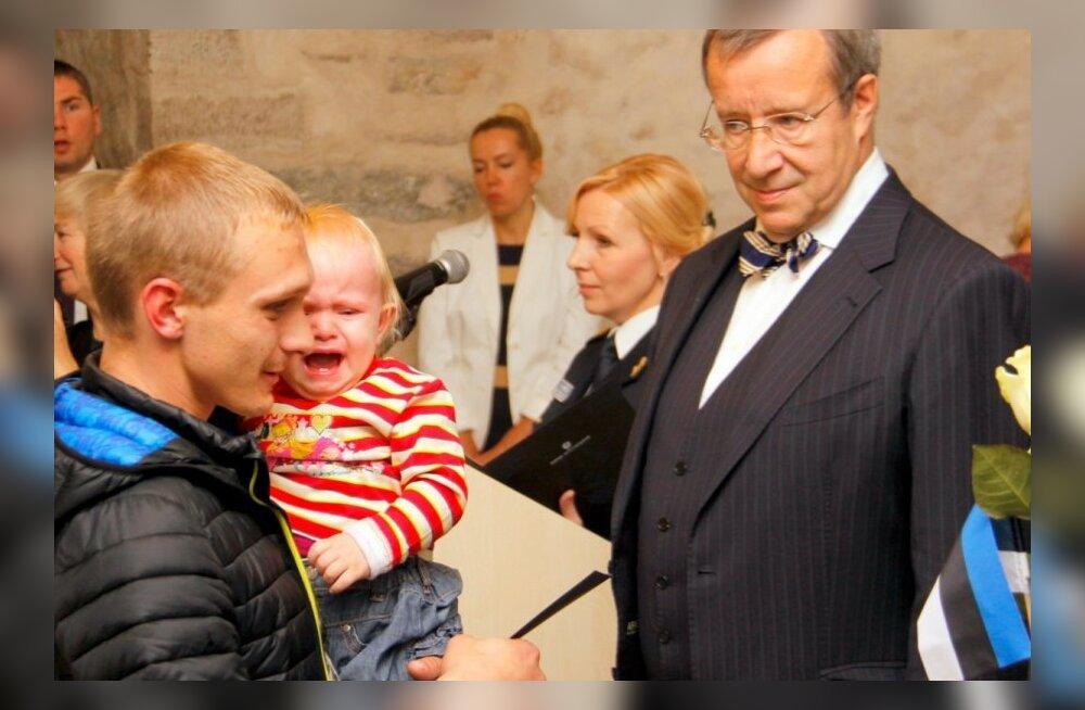 В Нарве президент Ильвес вручил свидетельства о получении гражданства ЭР