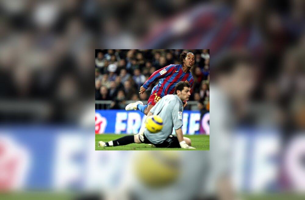 Ronaldinho saadab palli Iker Casillase kaitstud väravasse