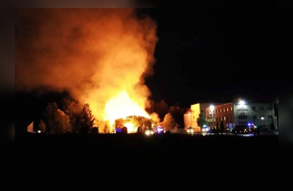 ФОТО: В Аравате открытым пламенем полыхает спортивное здание
