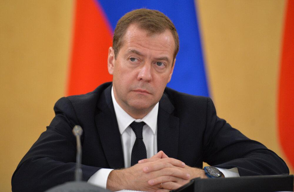 Медведев: необходимо поменять всю систему госуправления в стране