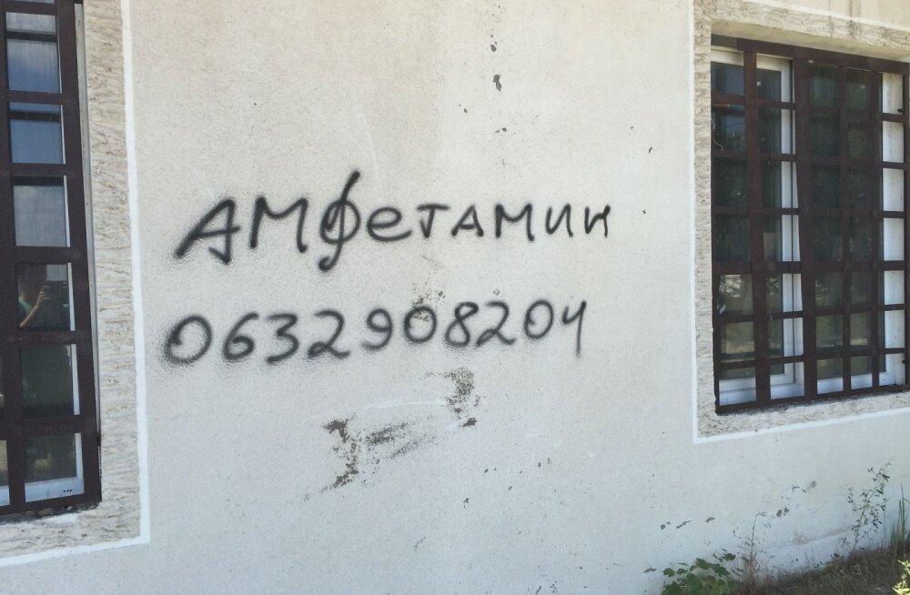 ФОТО читателя Delfi: На стене пляжного здания в Одессе красуется объявление о продаже амфетамина
