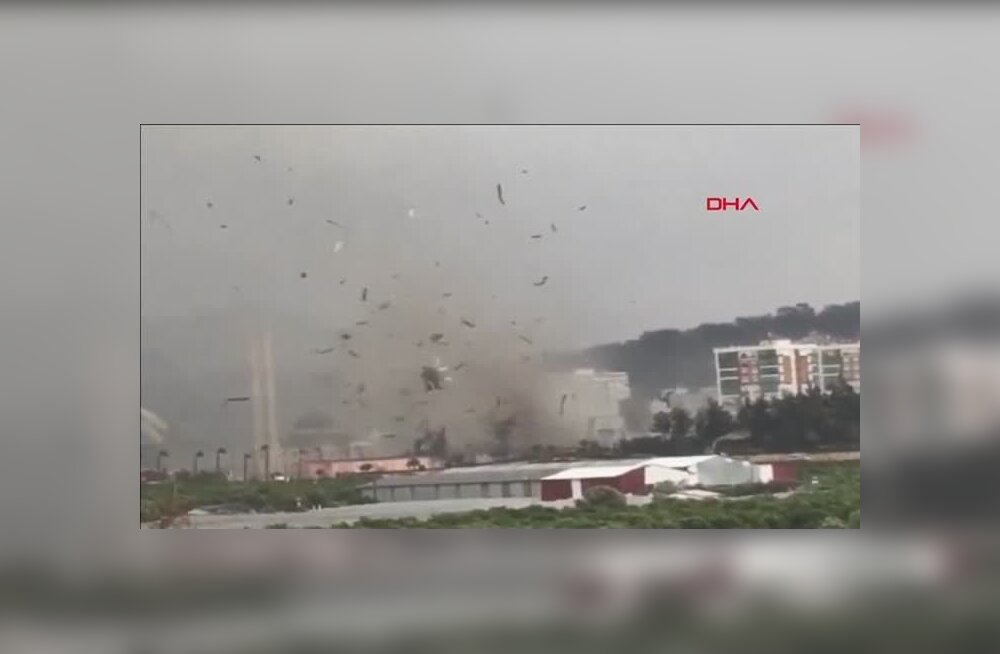 ВИДЕО: Смерч опрокинул автобус с туристами в аэропорту Турции