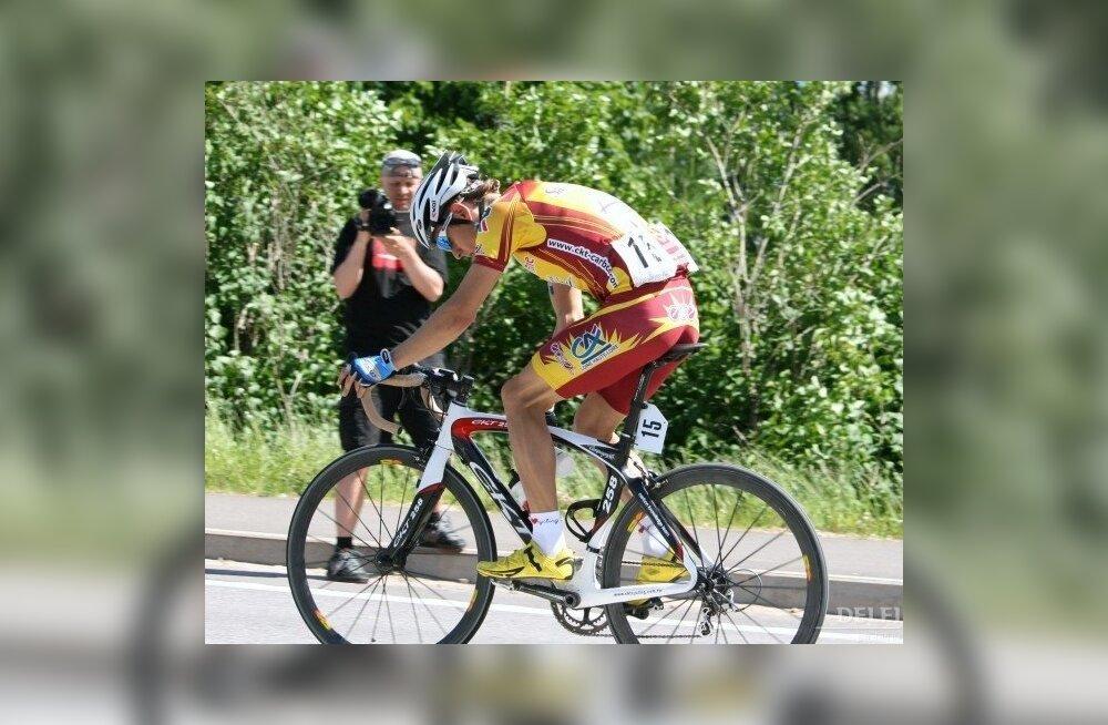 Tanel Kangert sõitmas grupisõidu Eesti meistrivõistlustel, jalgratas