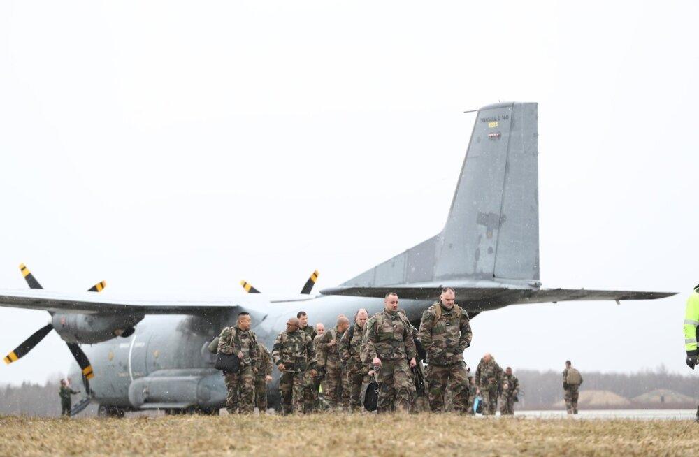 ФОТО DELFI: В Эмари прибыли около 50 солдат из Франции