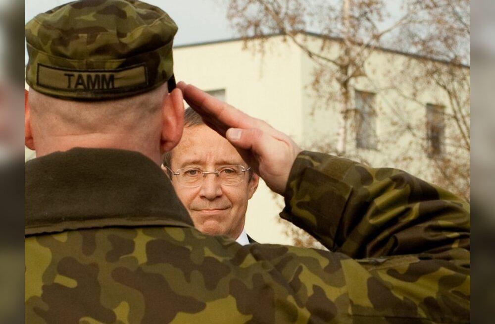 Toomas Hendrik Ilves ja kaitseväelane