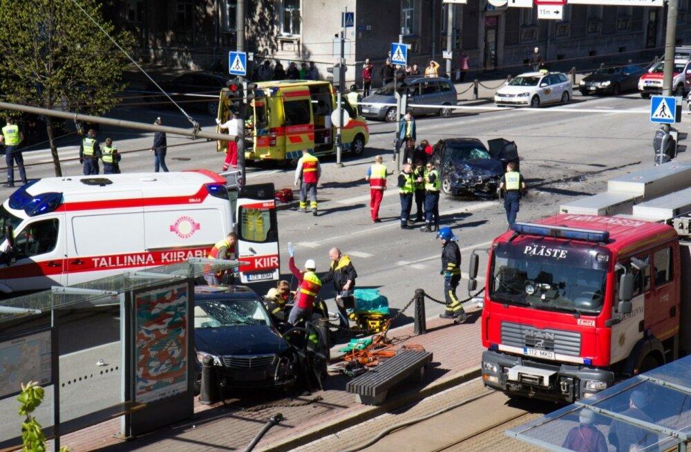 Tartu maantee suurõnnetuses sai viga 13 inimest, nendes üks ka eluohtlikke vigastusi.