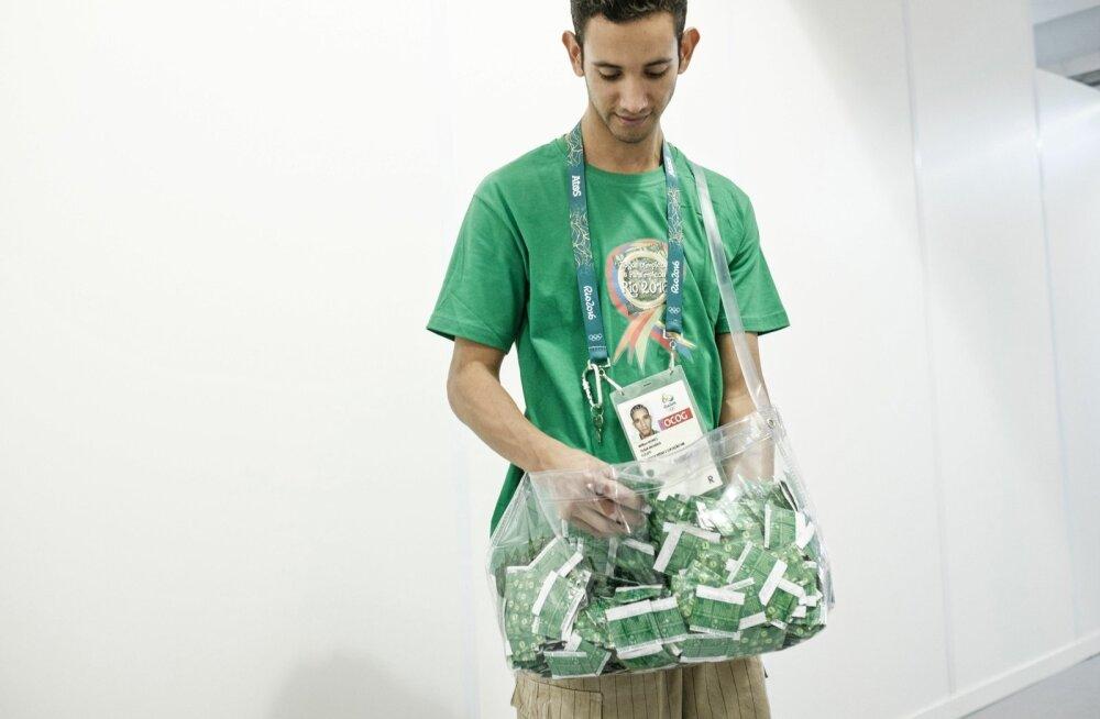 Vabatahtlik jagab Rio olümpiakülas kondoome.