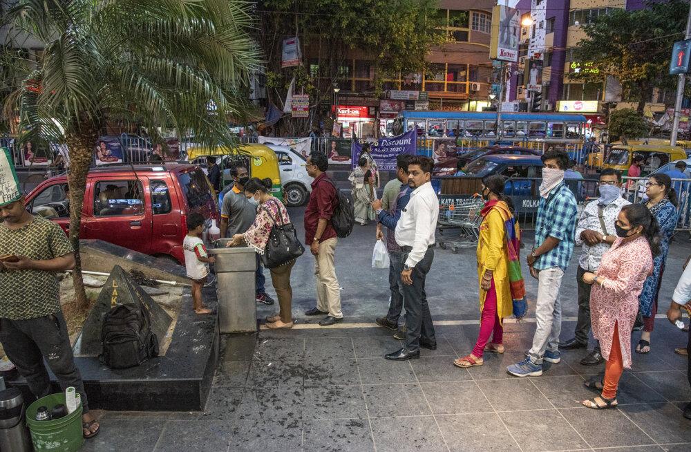 India 1,3 miljardil elanikul kästi koju jääda ja puhkes ostupaanika