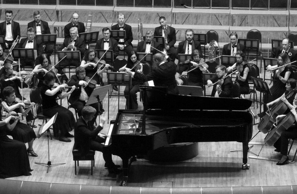 FOTO   Pianist Johan Randvere andis Minski filharmoonias EV100 auks menuka kontserdi