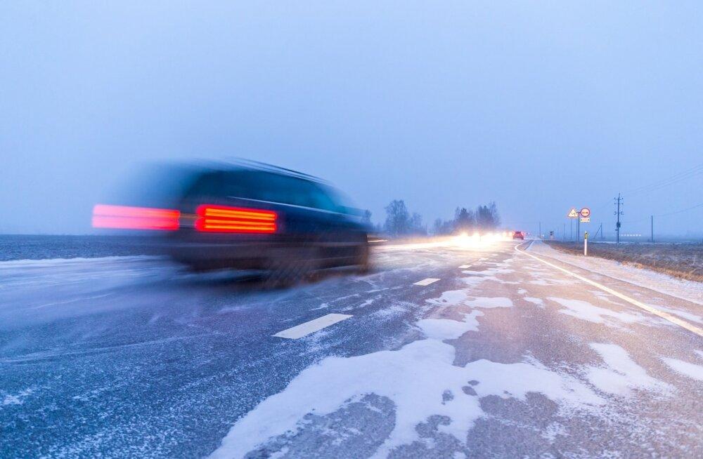 Teeilmakeskus hoiatab: teeolud on homme raju tuule ja tuisu tõttu kehvad
