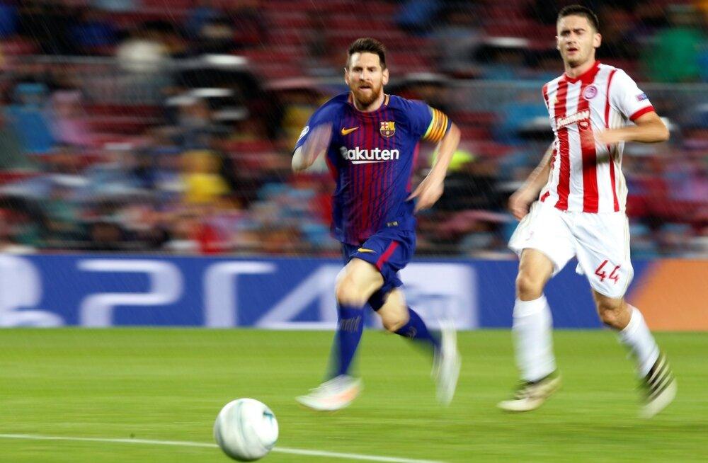 Vastastel on Lionel Messiga (vasakul) raske sammu pidada.