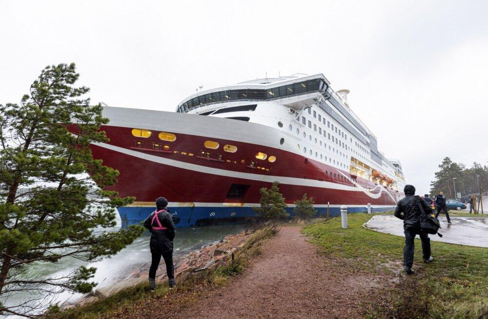 Viking Line'i laev pukseeriti madalikult sadamasse