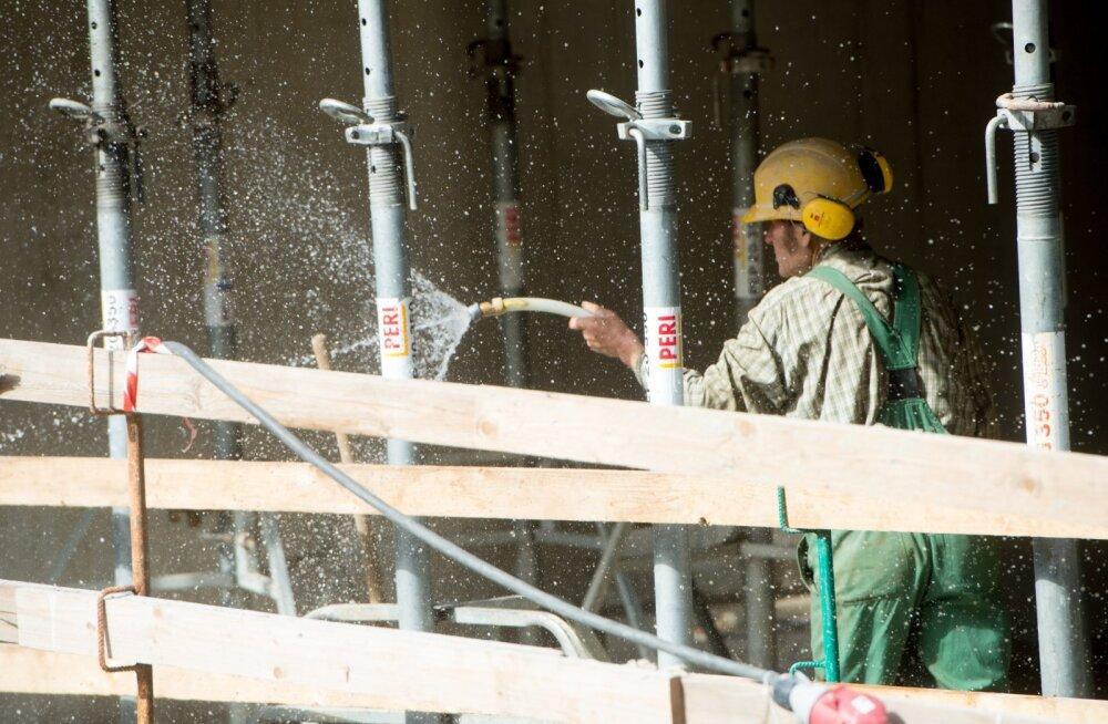 Ehitusplatsidel pole tööd seni veel peatatud ja ehitusfirmade juhid ei usu, et valitsus ka nii karmide piirangute teed läheb.