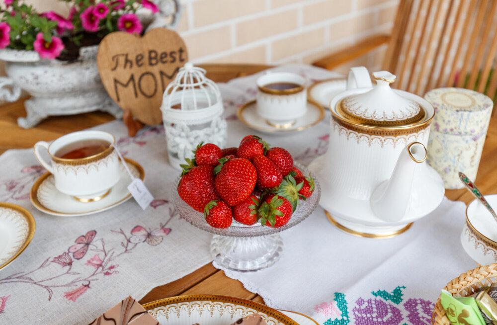 """""""Дома мы всегда пьем чай из коллекционных фарфоровых чашек"""". Искусствовед Эвелина Ведом — о фамильном фарфоре и азарте коллекционера"""