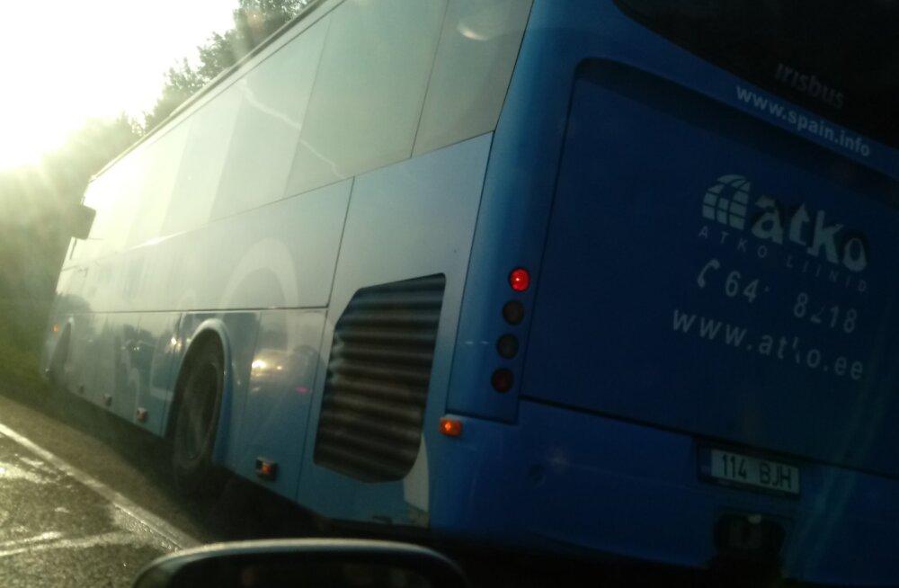 Kraavi vajunud buss häiris Tallinnas liiklust