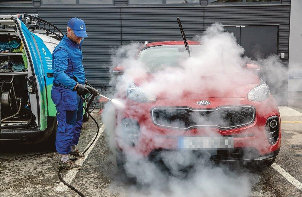 Võimas aur teeb oma tööd. Peale veeauru kasutatakse autot pestes biolagunevaid kemikaale. Niisiis pole hullu, kui neid maapinda imbub.