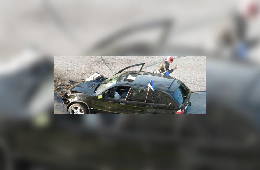 FOTOD: Kaklev BMW-mees tõmbas Mustamäe trolliliinid maha