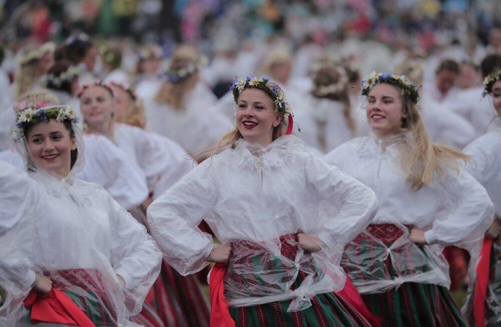 Tantsijaid ei heidutanud vihm ega tuul.