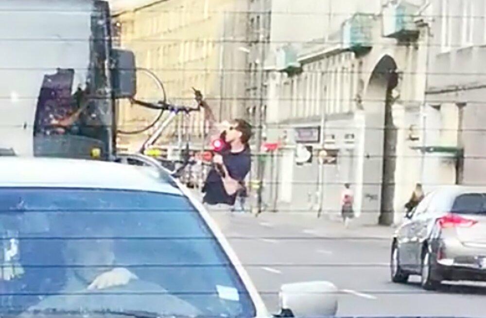 ВИДЕО: В Риге велосипедист после спора с водителем выбил в автобусе стекло