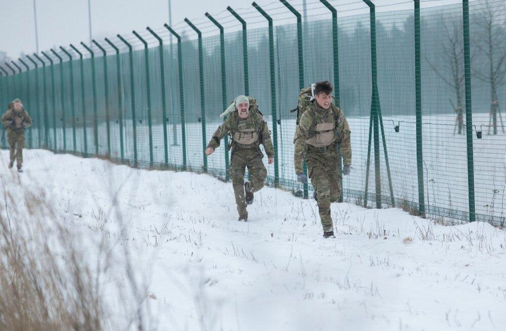 Taani sõdurid Tapa sõjaväelinnaku tara ääres treeningul