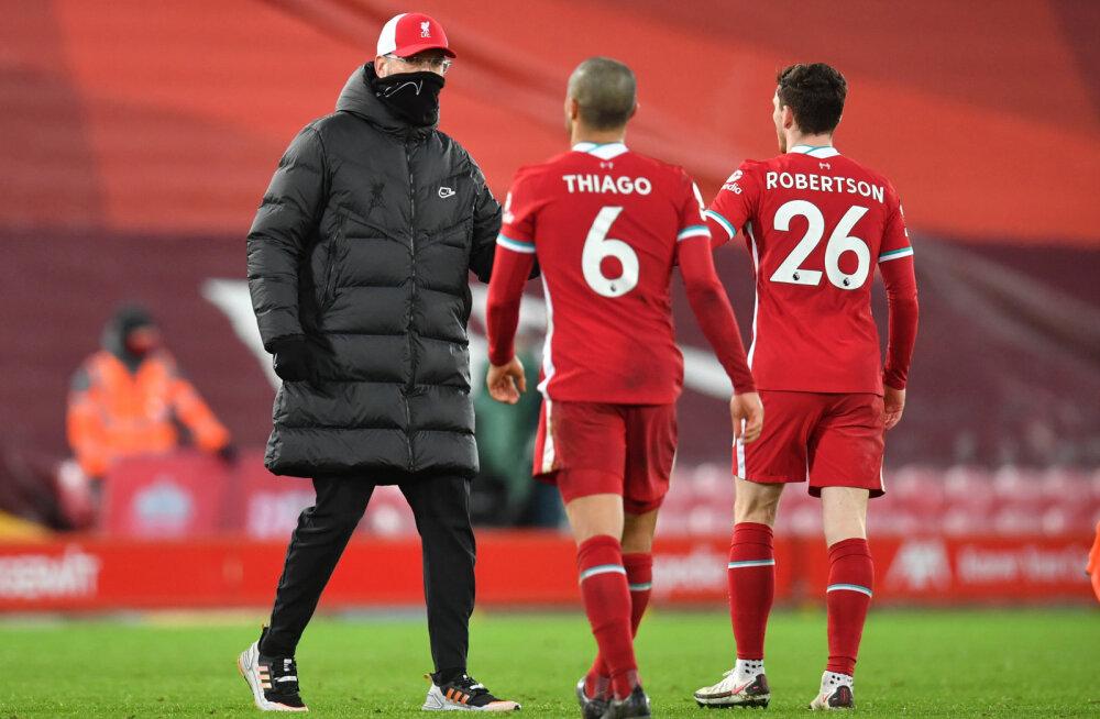 Jürgen Klopp koos Thiago Alcantara ja Andrew Robertsoniga