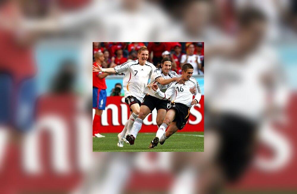 Saksamaa koondislased Bastian Schweinsteiger, Torsten Frings ja Philipp Lahm (paremal) tähistavad väravat Costa Rica vastu
