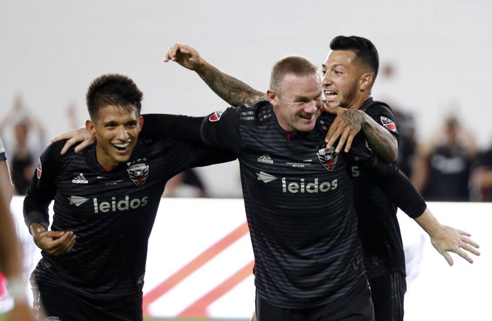 Wayne Rooney (keskel)