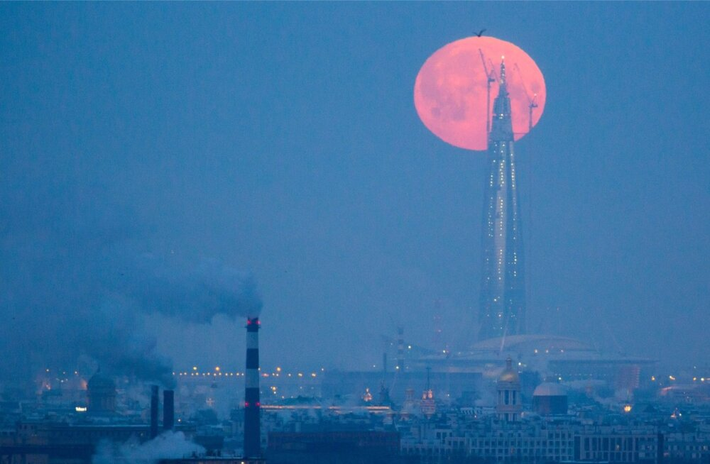 Punane superkuu tänavu jaanuaris Lahta torni taustal.