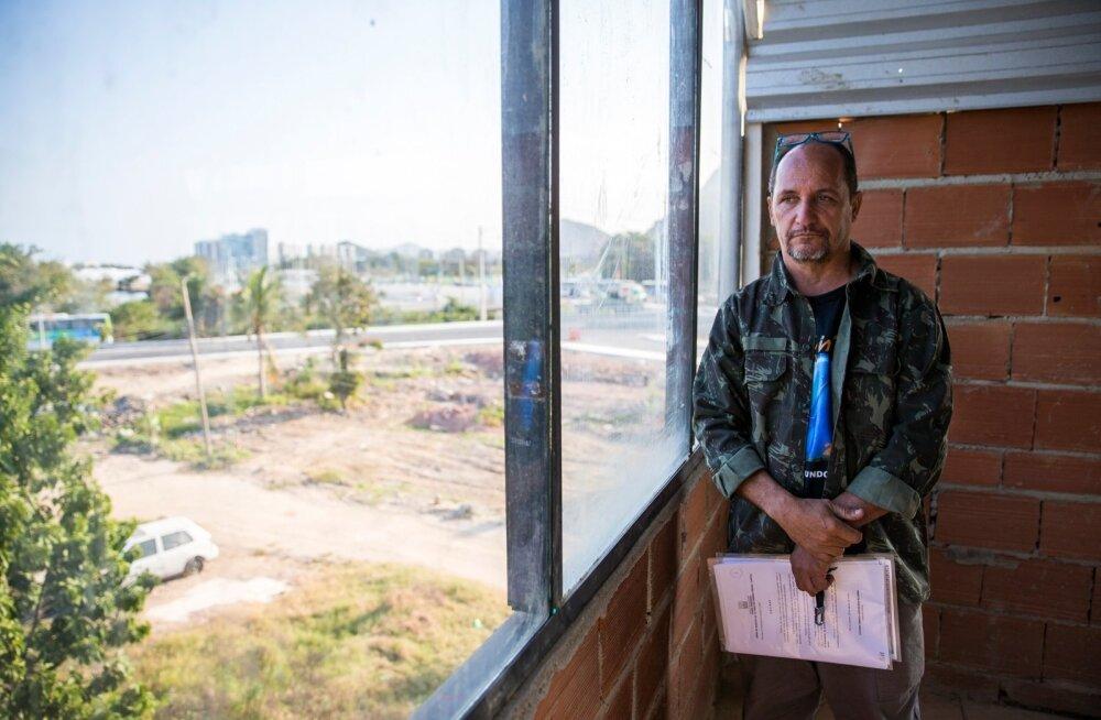 """Delmo majast paistab imeline vaade kaugele mägedesse ja järvele. """"Vaesed jäävad neile ette, rikkad ei koli nende kõrvale,"""" sõnas ta kaugusest üha lähemale tulevatele arendustele viidates."""