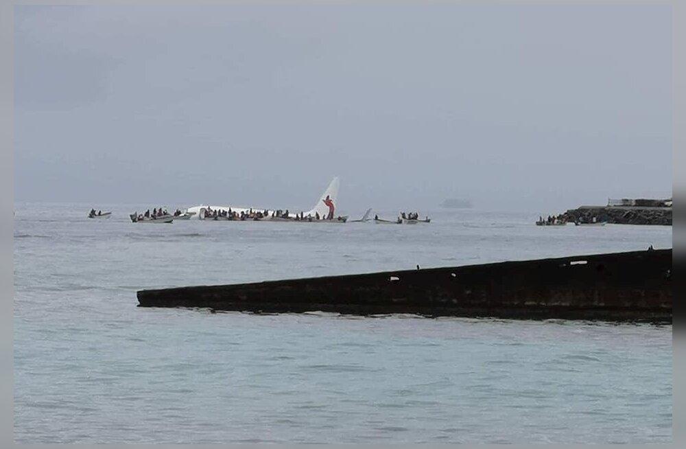 Mikroneesias jäi Paapua Uus-Guinea reisilennuk pidama laguunis