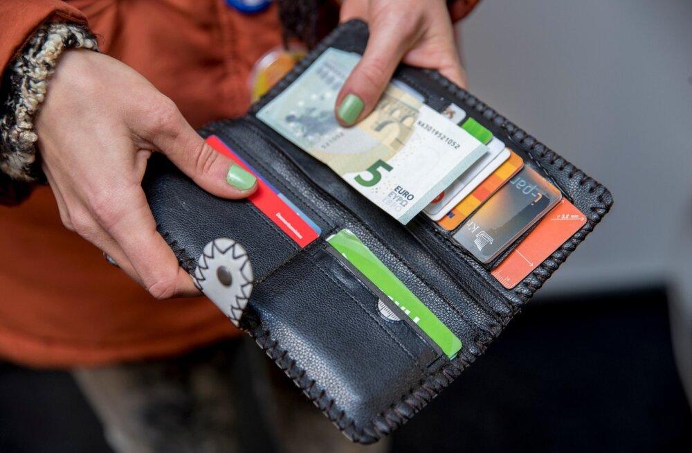 Täiesti tühjaks rahakotid sularahast jäänud pole, kuigi pangakaarte on neis küllaga.