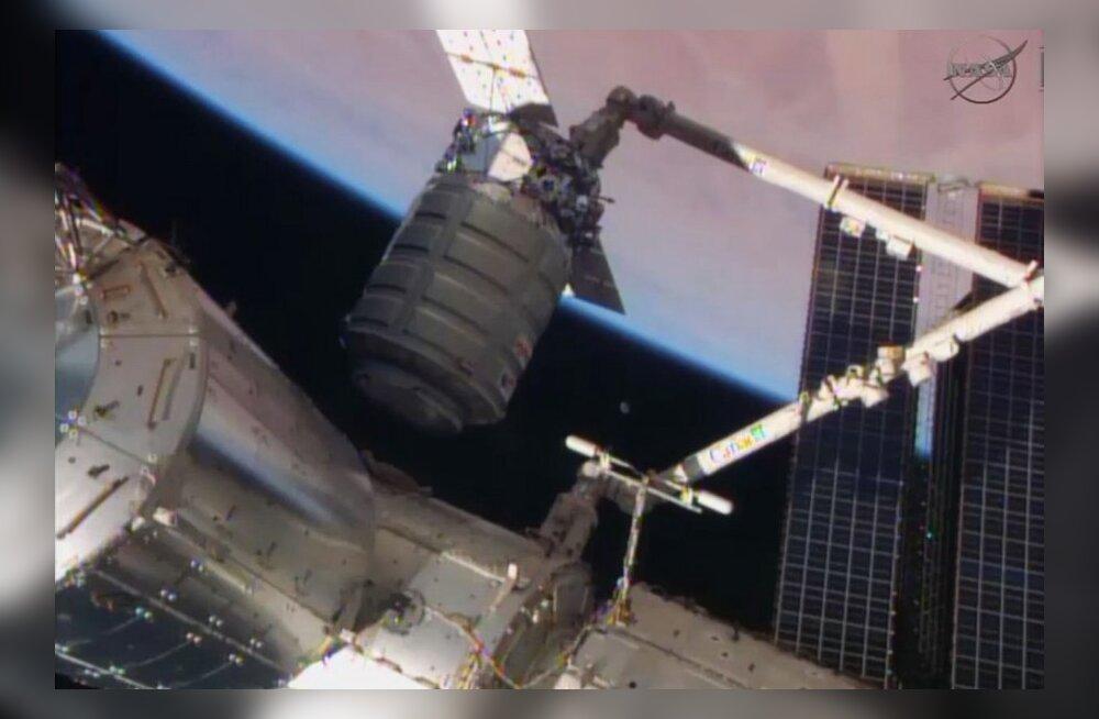 Transpordilaev Cygnus robotkäe haardes.