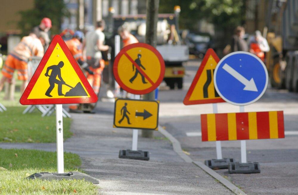 Üldiselt on ajutise liikluskorralduse ettevõttel vaja toota ainult teetööde teabetahvlid ja vajadusel ka suunaviidad. Muud tavapärased märgid (püstmärgised, kiiruspiirangud, hoiatusmärgid, lambid, piirded) on tihtipeale olemas.