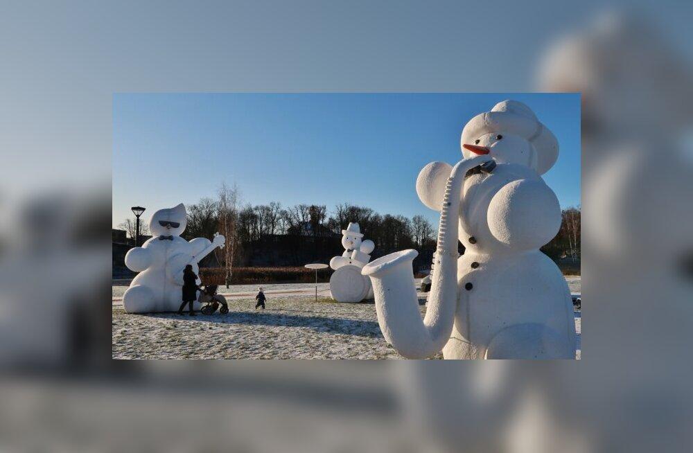 ФОТО. Зимняя сказка без снега: город гигантских снеговиков в Латвии