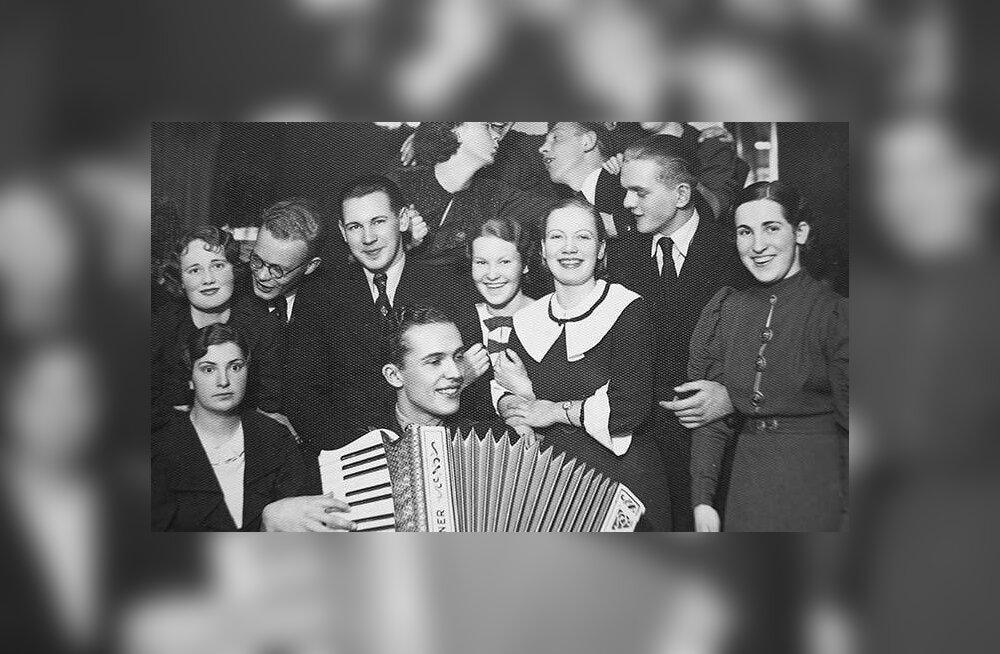 """Restoran """"Maxim"""" Tallinnas. Akordioniga Raimond Valgre. 1937. aasta foto"""