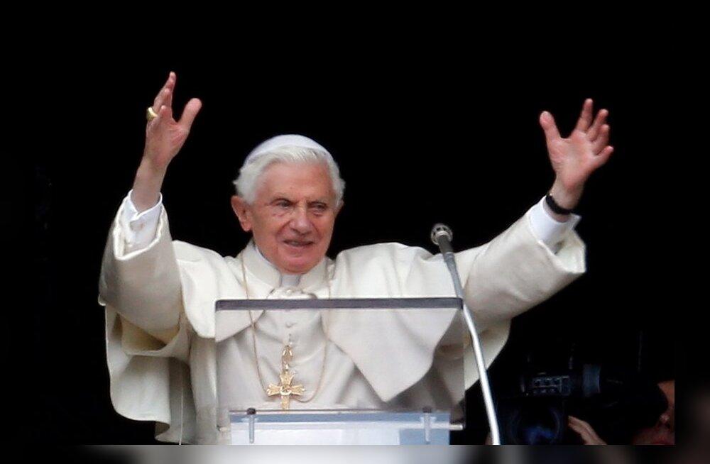Vatikan: Bendictus XVI hakkab kandma emeriitpaavsti tiitlit
